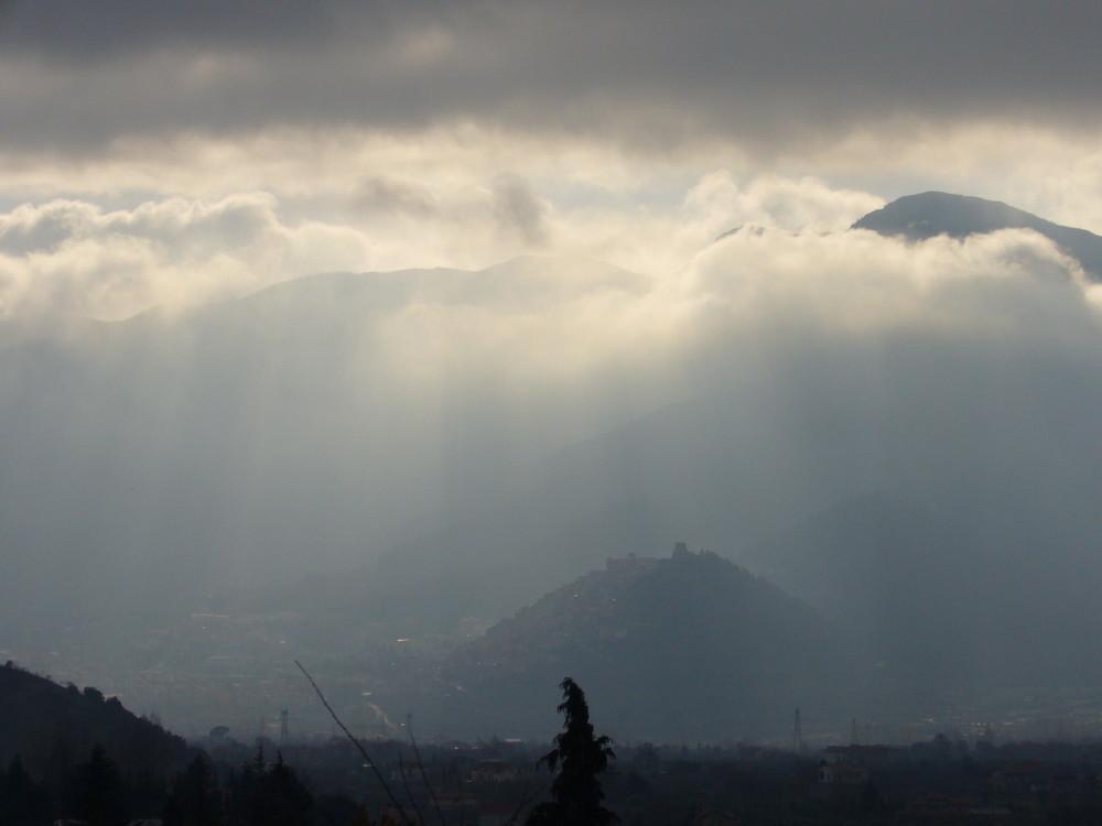Morano Calabro emerge dalle nebbie...