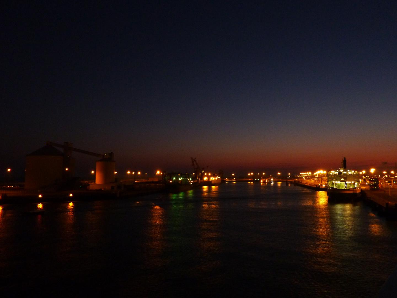 Morgendämmerung am Fährhafen von Calais