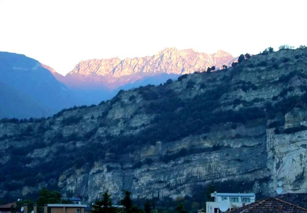 Morgendliche Bergansicht bei Torbole (Gardasee)
