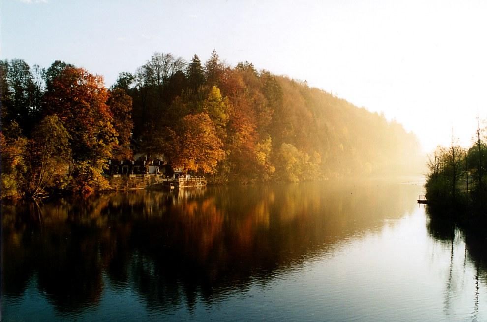 Morgendliche Herbststimmung an der Isar in Tölz