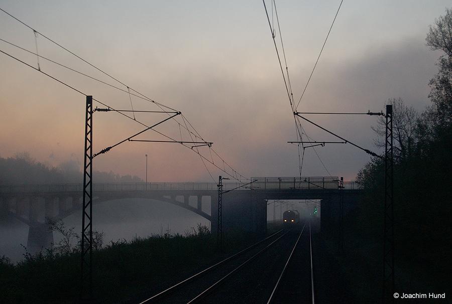 Morgendliche Zugbegegnung an der Donau