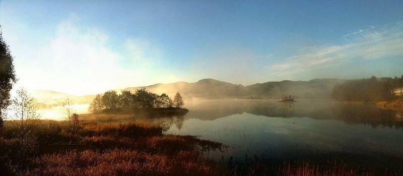 morgendlicher dunst - herbstliche radtour; kalandseidet, hordaland, norwegen