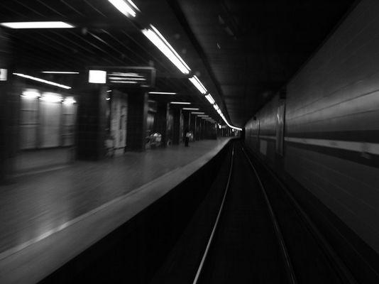 morgengrauen auf dem Bahnsteig