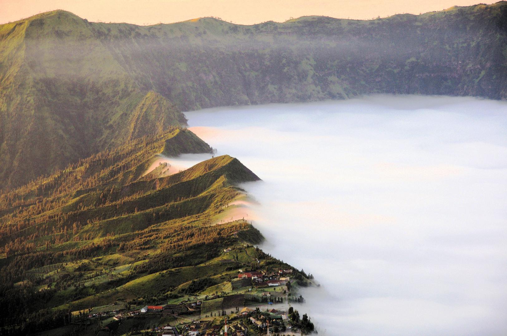 Morgennebel am Mt. Bromo Vulkan