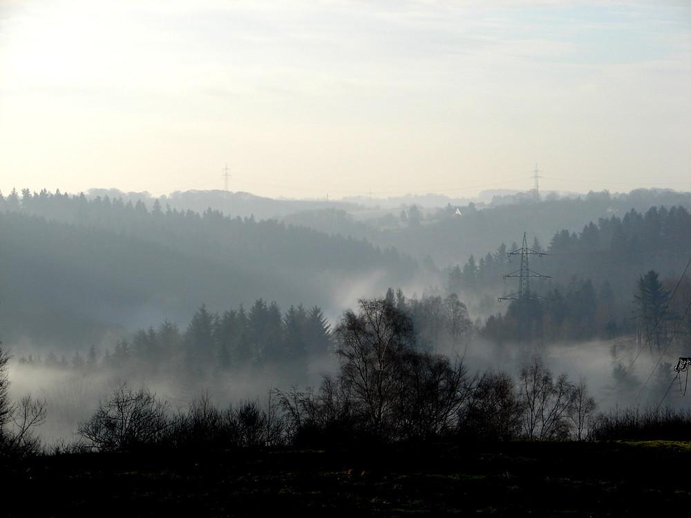 Morgennebel erhebt sich langsam aus den Tälern