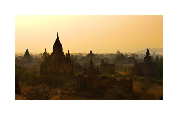 Morgennebel über dem Pagodenfeld von Bagan