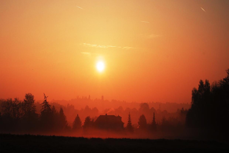 Morgenröte im Nebel über Sonnenberg