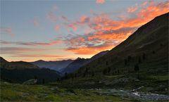 Morgenrot im Bergtal