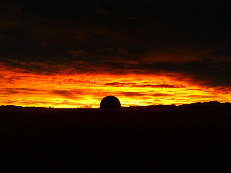 Morgenrot über einer Kugel