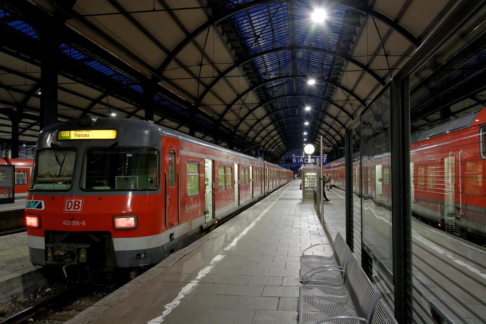 Morgens um halb sieben ist die Welt noch in Ordnung (auf dem Wiesbadener Hauptbahnhof)