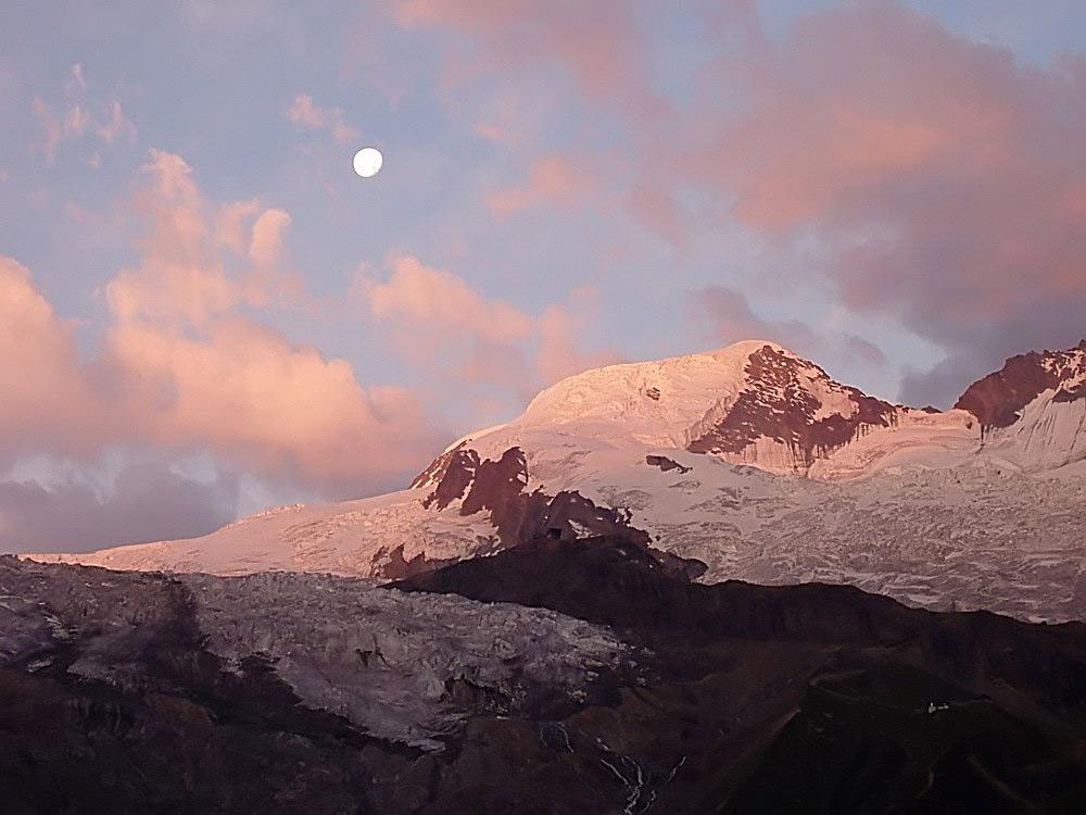 Morgensonne über dem 4206 m hohem Alphubel in den Walliser Alpen