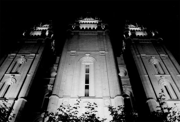 mormontemple at night