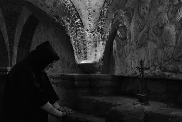 """Mostra online di Angelo Facchini """"Figurine e figuranti"""" - 1. Il penitente"""