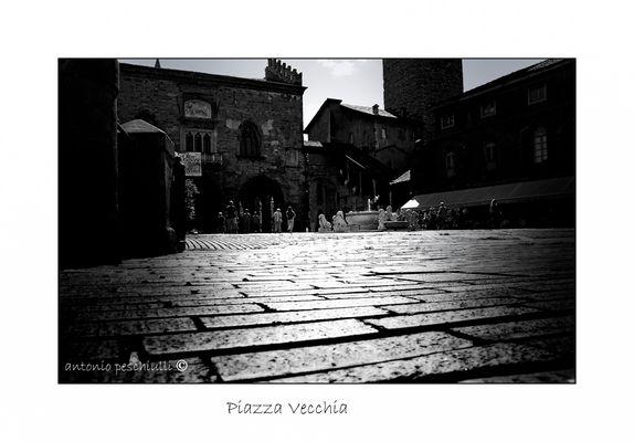 """Mostra online di Antonio Peschiulli """"Bergamo Alta"""" - 5. Piazza vecchia"""