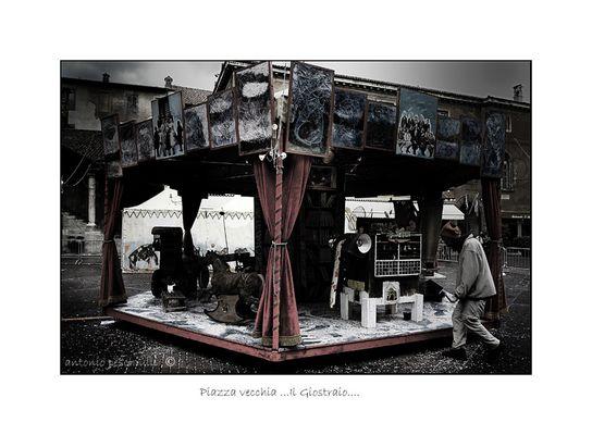 """Mostra online di Antonio Peschiulli """"Bergamo Alta"""" - 6. Piazza Vecchia: il giostraio"""