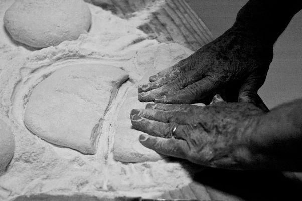 """Mostra online di Carlo Atzori """"Fare il pane in casa"""" - 1. Impastare"""