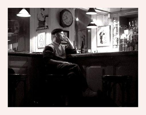 Mostra online di Enrico Doria - 2. Seduto, davanti al bancone di una piccola città...