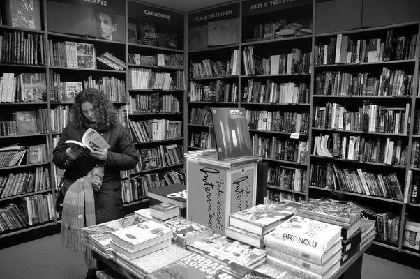 """Mostra online di Fabio Pochì """"Gente nel quotidiano"""" - 8. Libreria"""