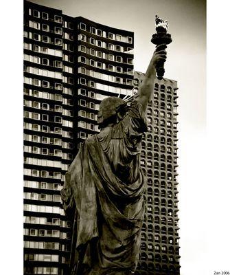 Mostra online di Salvo Zannelli: Parigi - 5. Gabbie e Libertà
