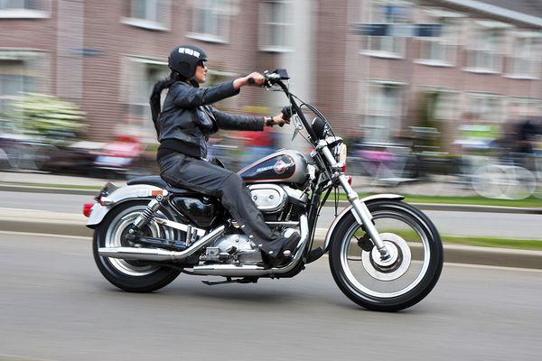 Motarde – Female motorcycle rider - Bikerin