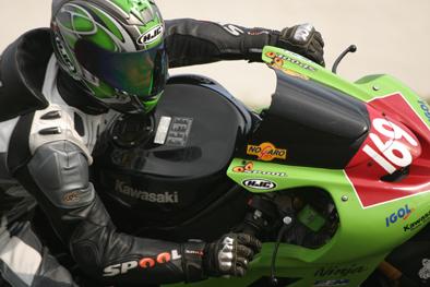 Moto en pleine courbe