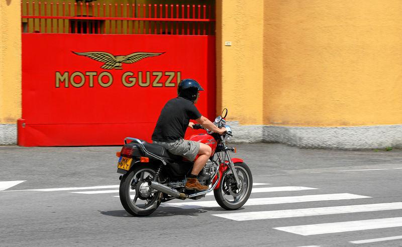 Moto Guzzi vorm Firmentor in Mandello del Lario, Comer See BELLA MACINA