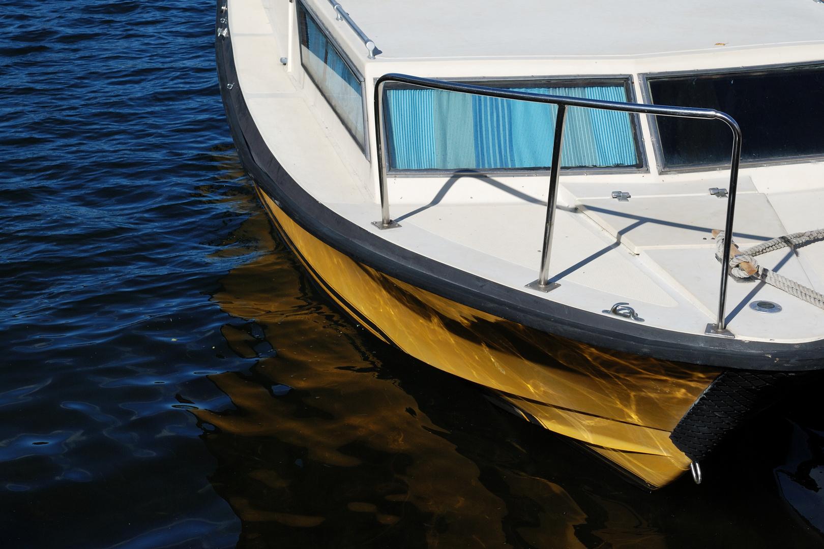 Motorboot mit blauen Gardienen
