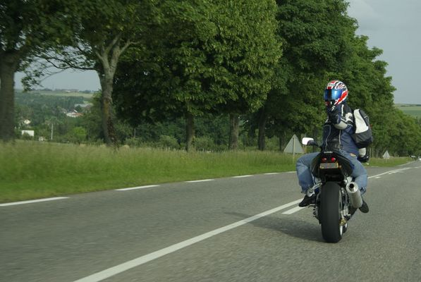 Motord au detour d'une route
