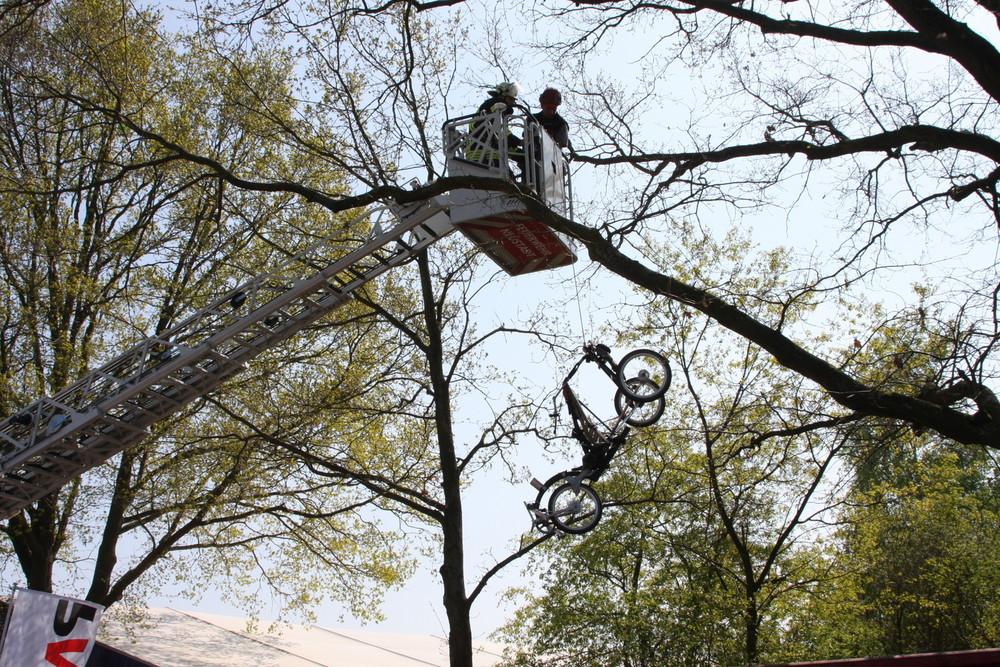 Motorisierter Paraglider stürzt in Baum