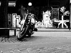 Motorrad B&W vor passender Kulisse (Pentax Q)