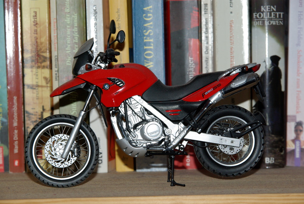 Motorrad im Bücherregal