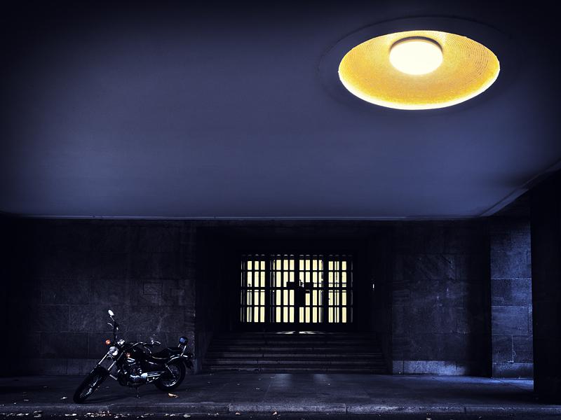 Motorrad in nächtlicher Durchfahrt