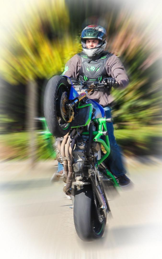 Motorrad Wheelie auf Real Parkplatz