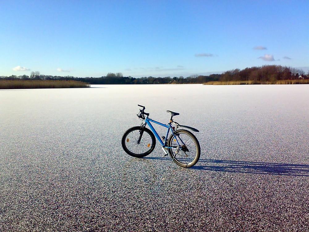 Mountainbike auf gefrorenem See