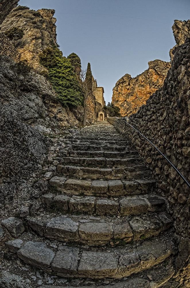 Moustiers Sainte Marie - die Stufen zur Notre Dame de Beauvoir
