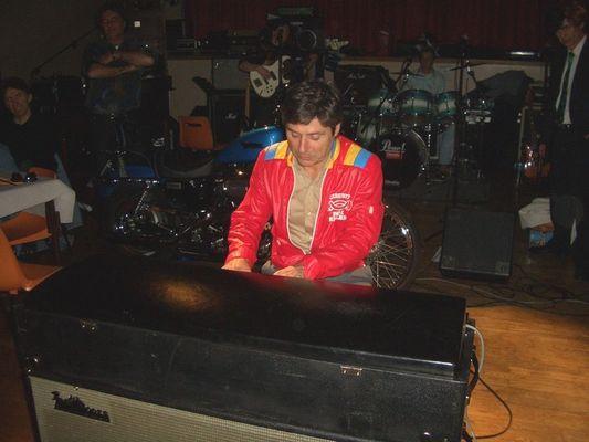M.P.O Gerard Cucuat pianiste nostalgique au piano Fender.
