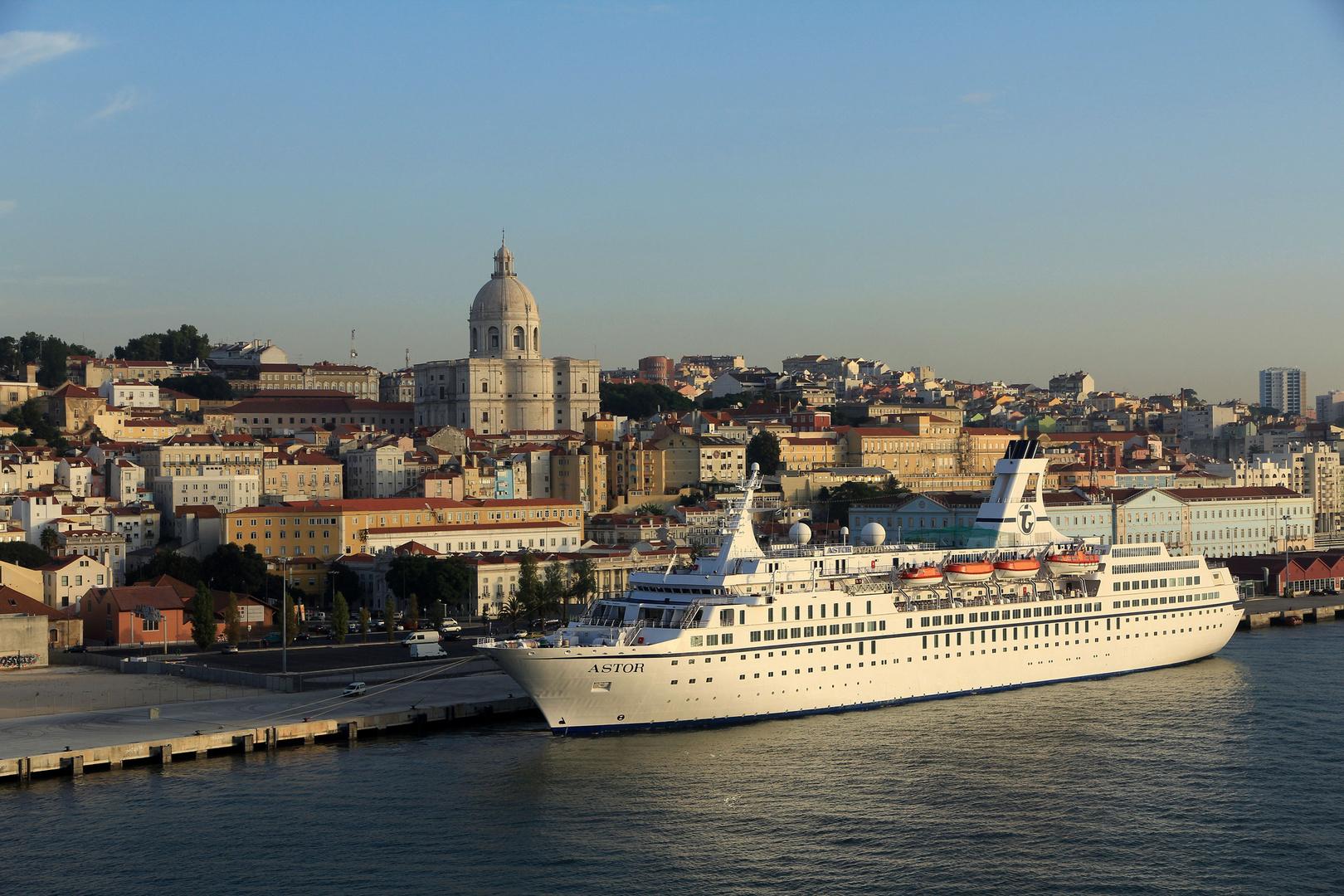 MS Astor ankert in Lisabon