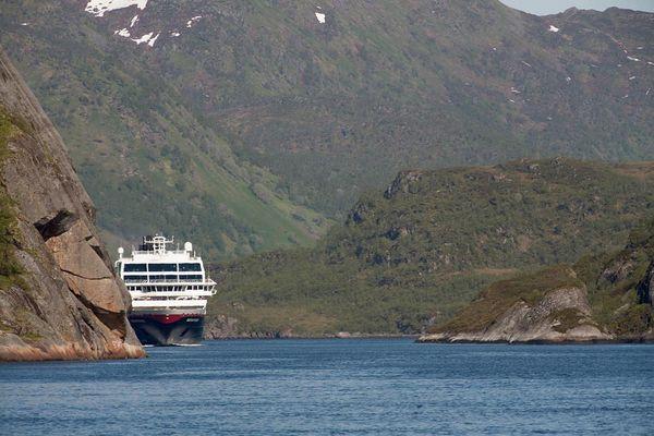 M/S Midnatsol fährt in den Trollfjord