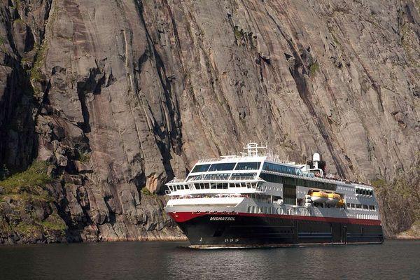 M/S Midnatsol wendet im Trollfjord