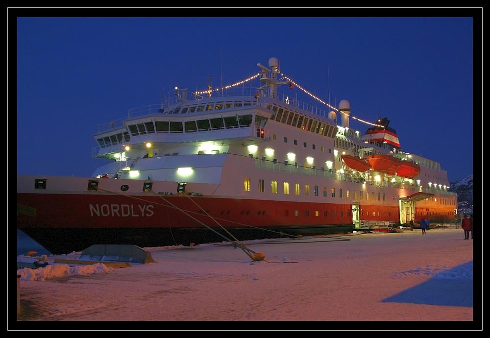 MS Nordlys zur Blauen Stunde