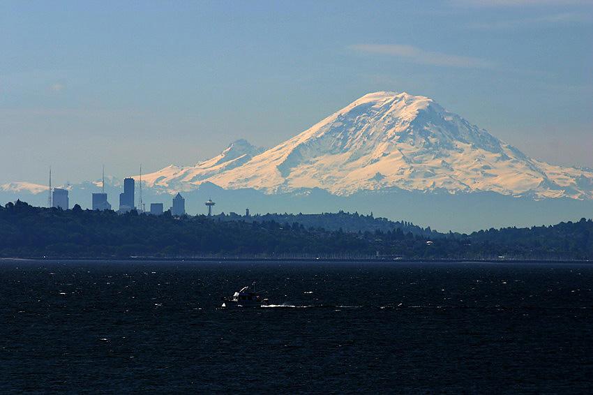 Mt. Rainier mit Seattle im Vordergrund