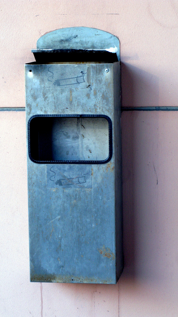 Mülleimerklappe