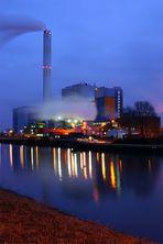 Müllverbrennung bei Nacht