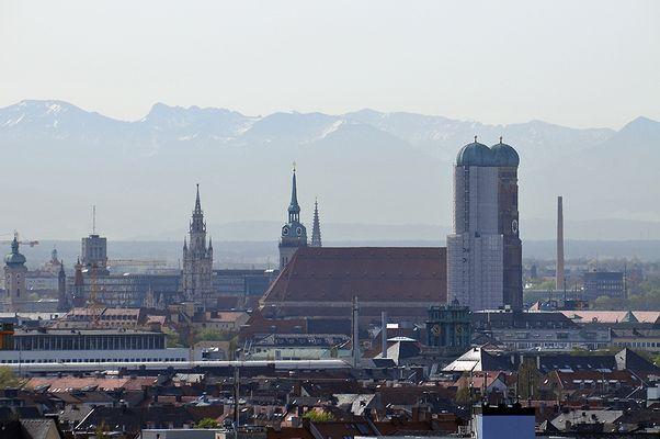 München - Blick auf die Innenstadt mit den Alpen im Hintergrund