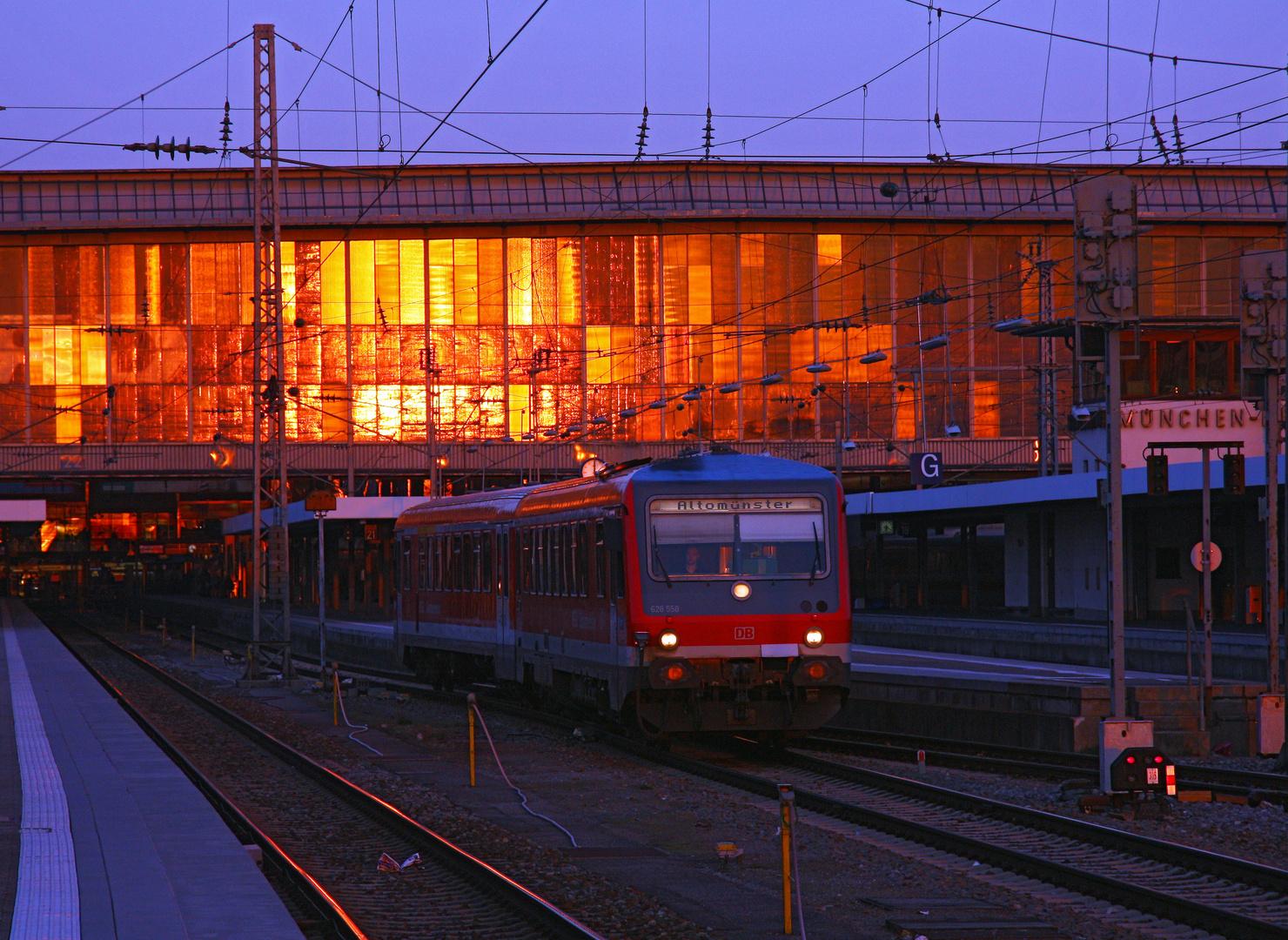 München Hbf in Gold getaucht