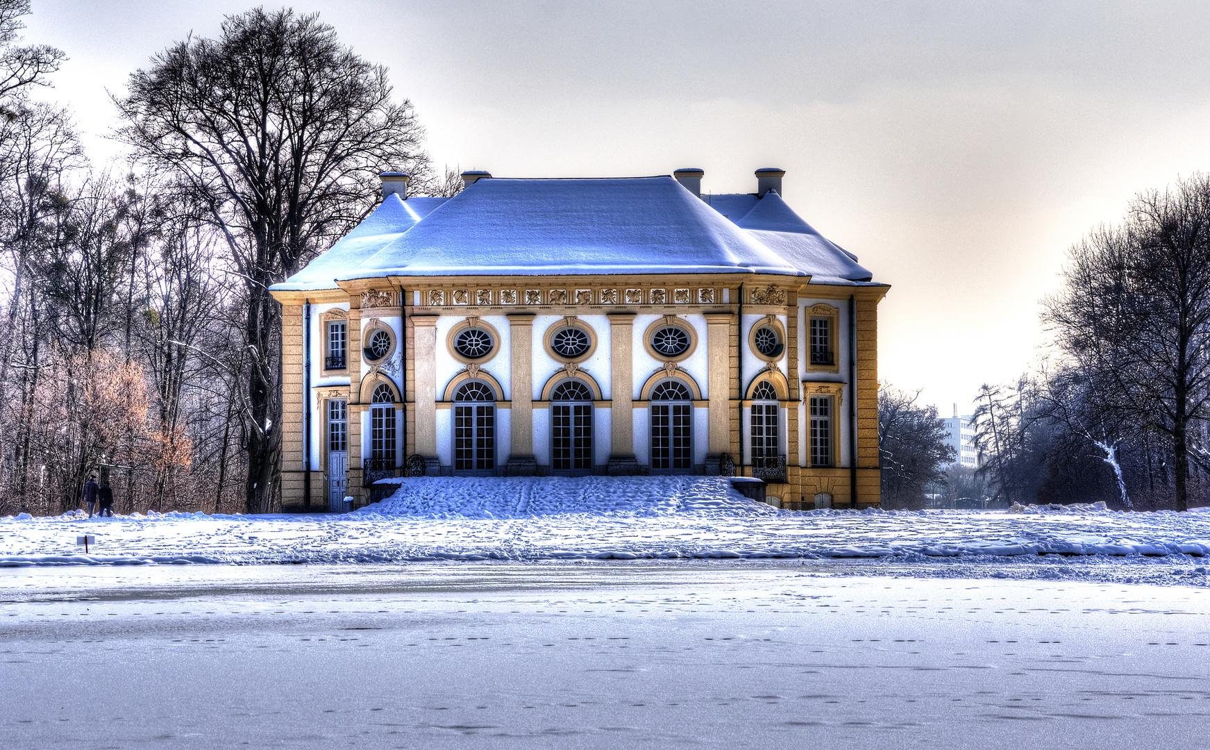München, Schlosspark Nymphenburg, Badeburg mit dem davor liegenden, zugefrorenen Badesee