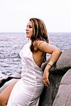 Mujer al borde del mar