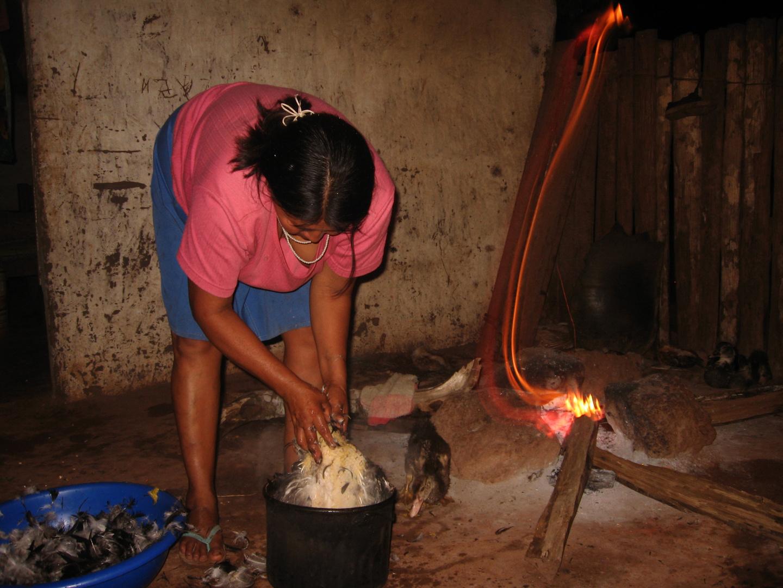 Mujer indígena chiquitana cocinando un locro de pato en Makanate