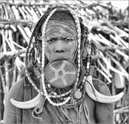 MUJER MURSI CON PLATO LABIAL -BAJO OMO ETIOPIA