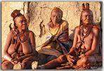 MUJERES HIMBAS DELANTE DE SU CHOZA-OPOWO-NAMIBIA